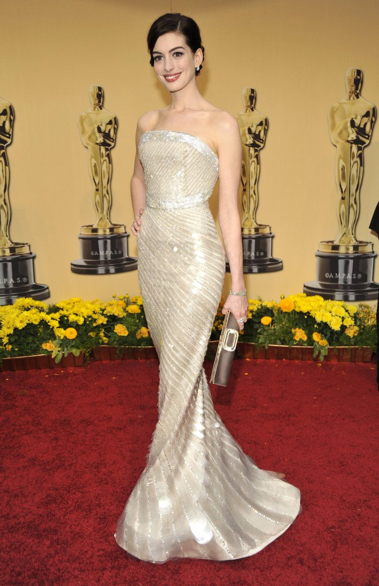 Glowing-sparkly-Armani-Prive-gown-2009-Oscars-Anne